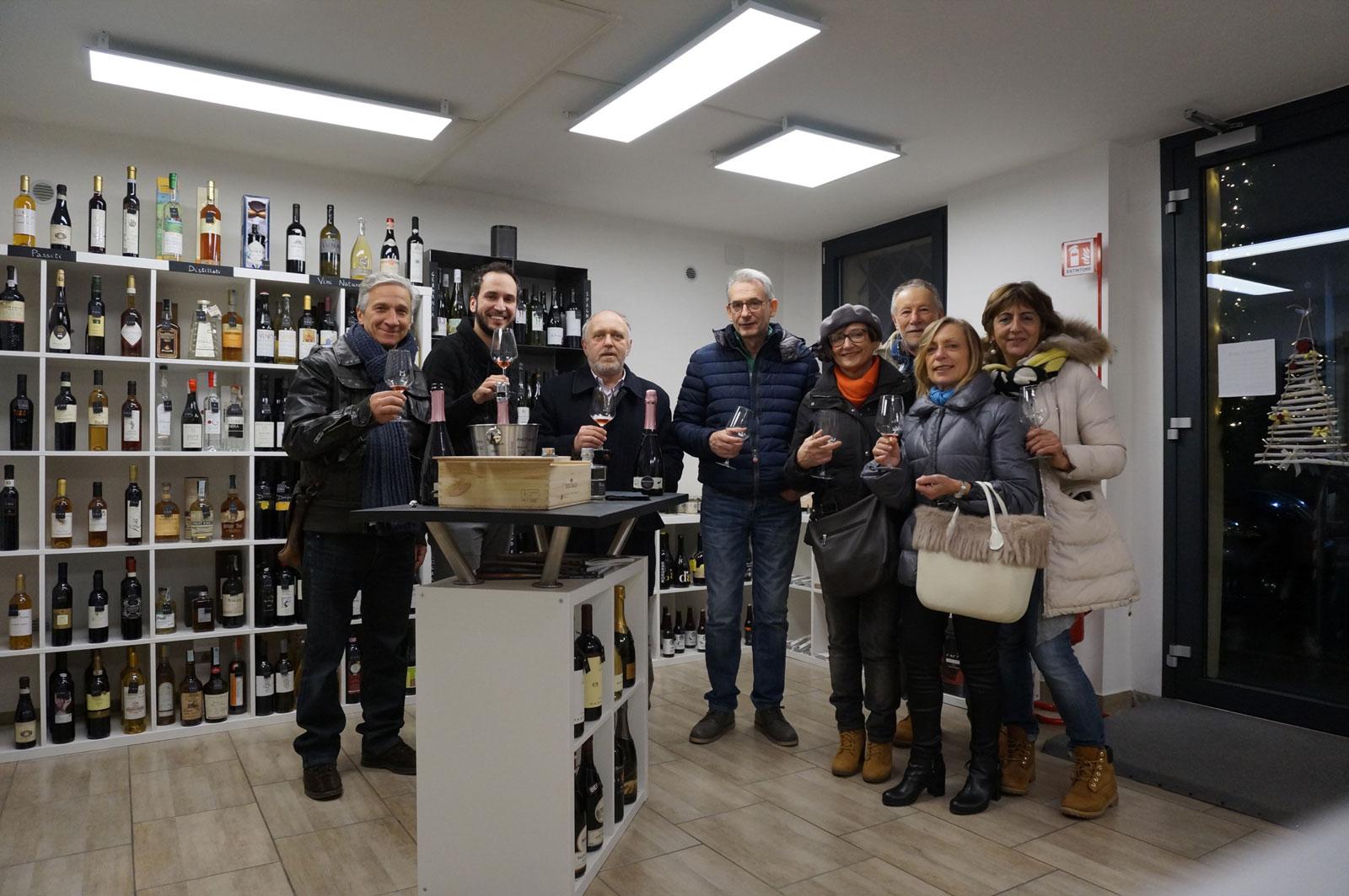 Andrea Lauducci degustazione vini con clienti all'enoteca botrytis