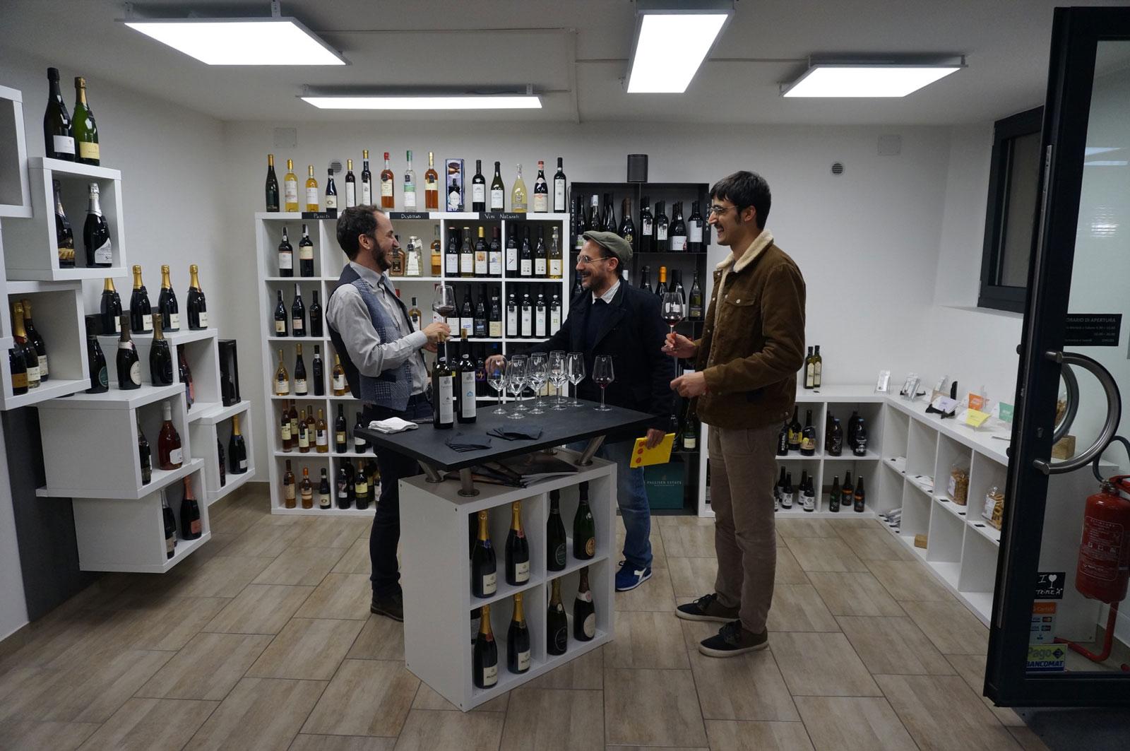 Clientela all'enoteca botrytis durante una degustazione vini