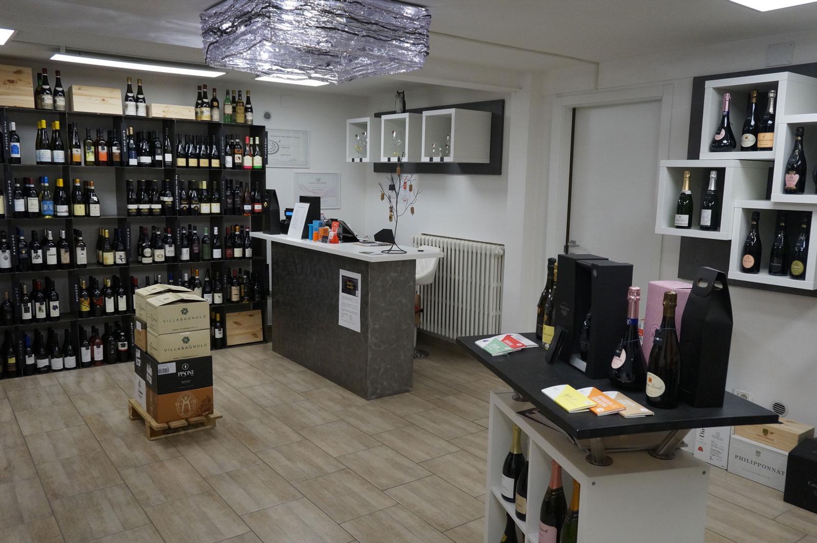 Interno e cassa dell'enoteca di vini Botrytis